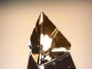Controllo al microscopio integrità pietra diamante naturale