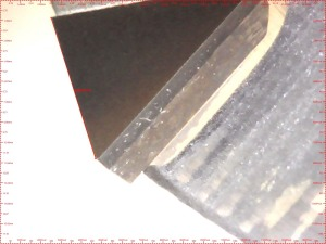 Controllo al microscopio del tagliente dell'utensile da riparare